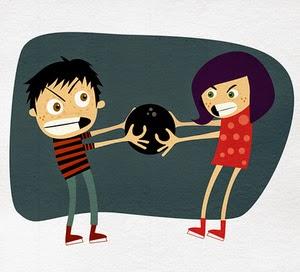 Niño y niña peleando por la bola de bownling