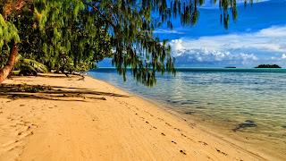 HD wallpaper met strand op een tropisch eiland.