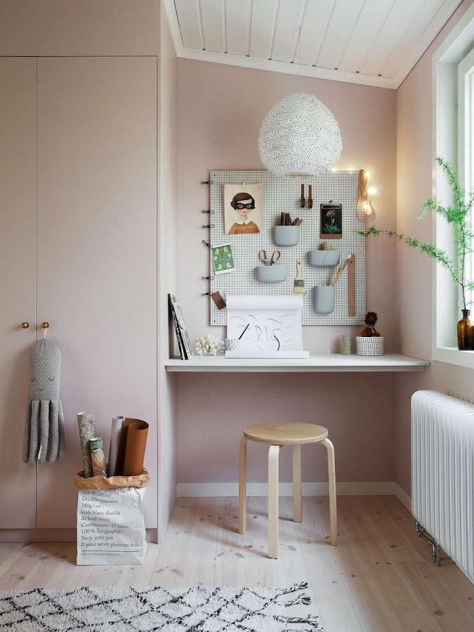 Una casa familiar muy fan del rosa y el verde: Dormitorio infantil con armario pintado de rosa empolvado y escritorio con tablero microperforado.