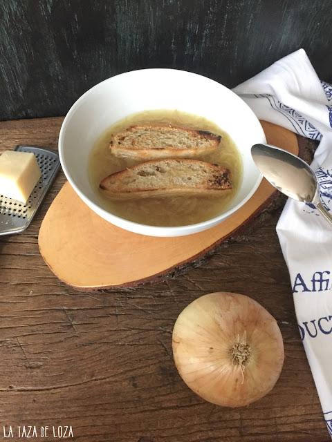 sopa-de-cebolla-con-pan-crujiente-y-queso