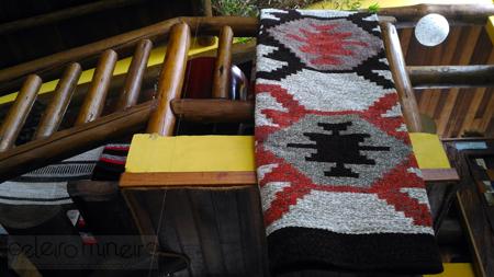 Novidade no Celeiro: tapete em chenile com desenho geométrico em tons terrosos e vermelho
