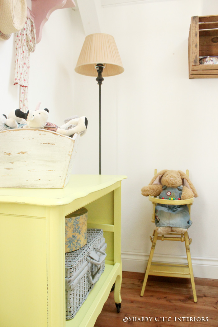 un tocco di colore giallo shabby chic interiors. Black Bedroom Furniture Sets. Home Design Ideas