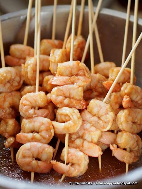 krewetki na patyku, szaszlyki z krewetek, owoce morza, przekaski, menu imprezowe, male co nieco