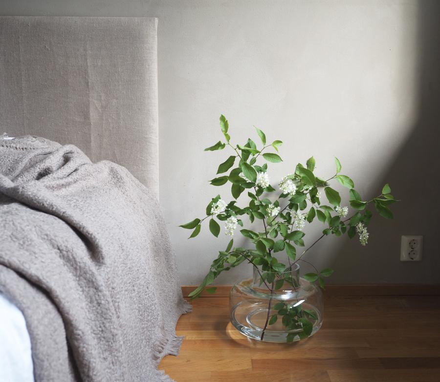 pehmeäsävyinen makuuhuone ja marimekon urna maljakko