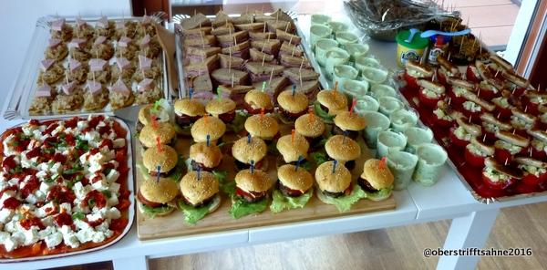 ein buffet mit speisen rund um den globus und ein rezept. Black Bedroom Furniture Sets. Home Design Ideas