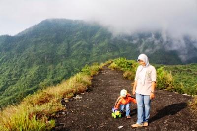 Maen mobil-mobilan di bibir kawah Gunung Galunggung.