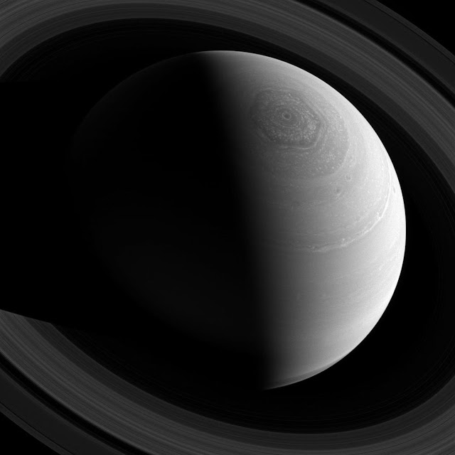 Cái nhìn toàn cảnh vùng cực bắc của Sao Thổ từ bên trên, cho thấy rõ đường chia cắt ngày và đêm trên hành tinh, cùng cơn bão hình lục giác xoáy quanh cực bắc của hành tinh này suốt hơn 30 năm qua. Hình ảnh được chụp vào ngày 23 tháng 11 năm 2013. Hình ảnh: NASA/JPL.