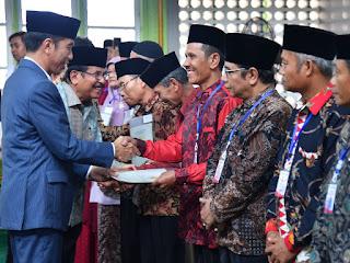 Presiden Serahkan 510 Sertifikat Hak Tanah Wakaf di Sumbar