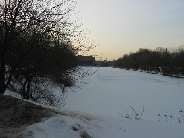 пруд в парке надалеко от шоссе энтузиастов