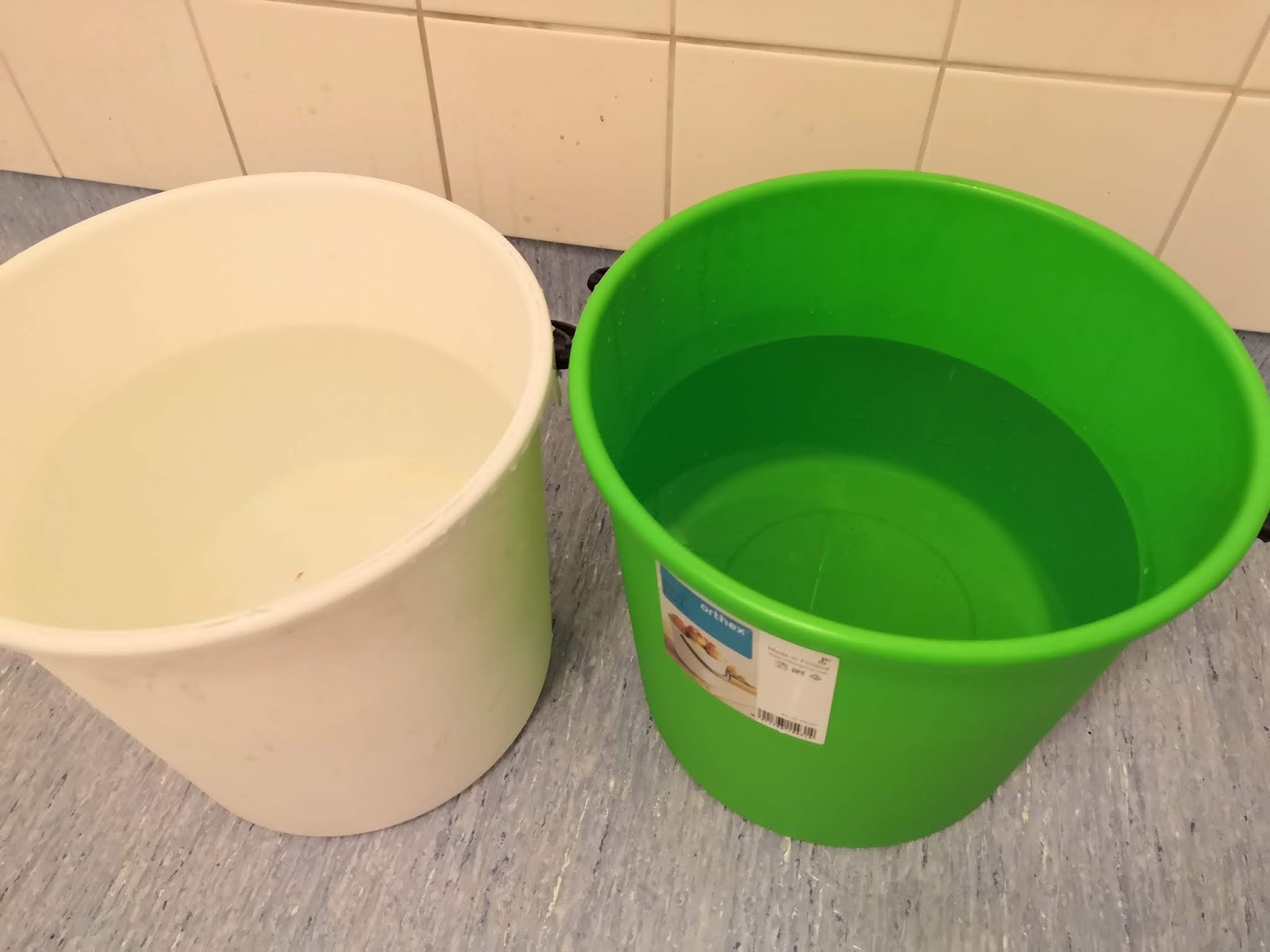 Laita ämpäriin niin kuumaa vettä kuin hanasta tulee (liian kylmällä vedellä  värjäys ei onnistu). Eli tulikuumaa vettä ämpäriin ja ämpäri melkein  täyteen. 7c79270321