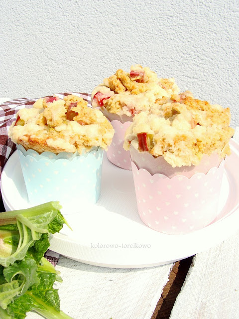 Pełnoziarniste muffiny z rabarbarem i kruszonką