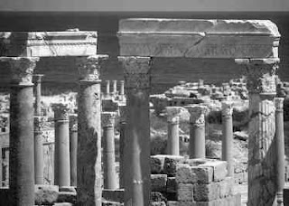 Reruntuhan Tiang-tiang Arsitektur Romawi di Kota Kuno