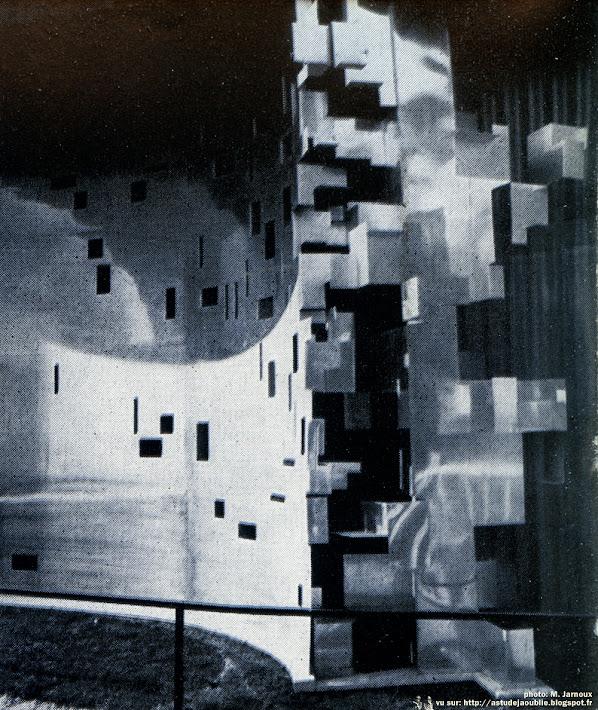 Pavillon Paris-Match et Marie-Claire - La Maison Electrique - Salon des Arts Ménagers 1955  Architectes: Marcel Roux, Yves Roa  Sculpteur: François Stahly  Céramiste: Denise Chesnay  Mobilier: Alain Richard, A. R. P. (Pierre Guariche, Michel Mortier et Joseph-André Motte), Steiner, Disderot, Airborne, D. M. U., Minvielle, Cabanne, Marcel Gacoin.  Construction: 1955    Photos: M. Jarnoux - Aujourd'hui, numéro 2, mars / avril 1955