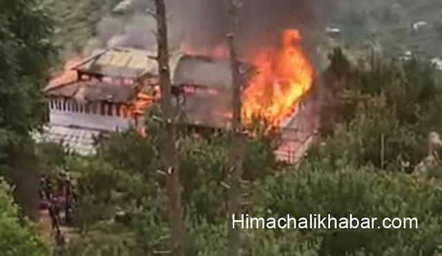हिमाचल: कोटखाई के हिमरी में भीषण अग्निकांड पुराने घर जलकर राख, 4 परिवार हुए बेघर