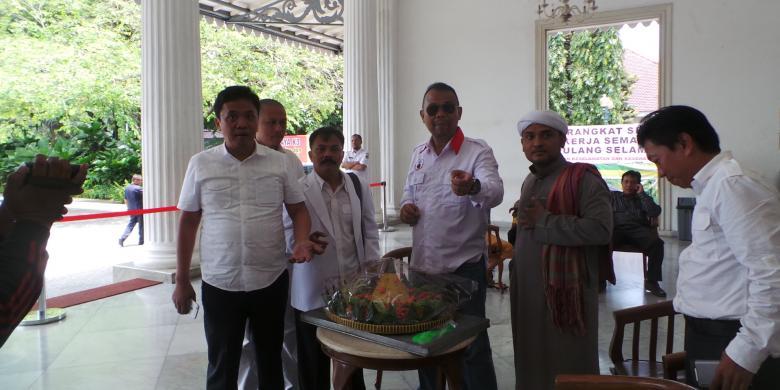 Doakan Ahok Cuti Selamanya, Habiburokhman Bersama ACTA Bawa Nasi Tumpeng