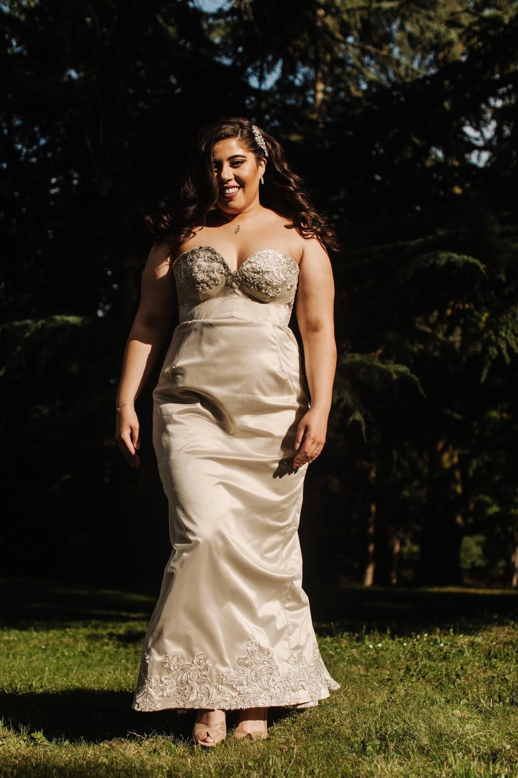 fce4327657 Ma robe comporte une traîne d'environ 1 mètre brodée de dentelle de calais  et prolongée par cette cape en organza également brodée .