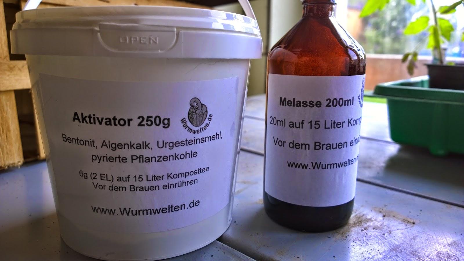 Aktivator und Melasse für den Komposttee (c) by Joachim Wenk