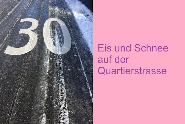 Strasse 30er Zone mit Schnee und Eis