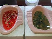 Sensasi Menjijikkan, Makanan Disajikan Dari Wadah Kloset Untuk Buang Hajat