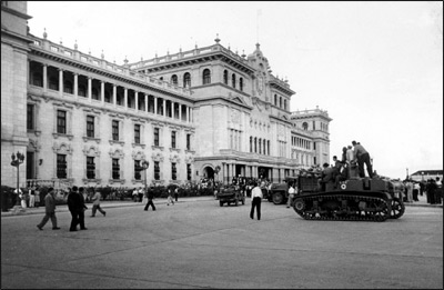 Toma+del+Palacio+Nacional+Guatemala+1944 - La Revolución del 20 de Octubre de 1944