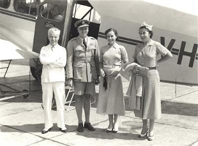 Чарли Чаплин, Полетт Годдар и Альта Годдар в Батавии (Джакарта) на острове Ява