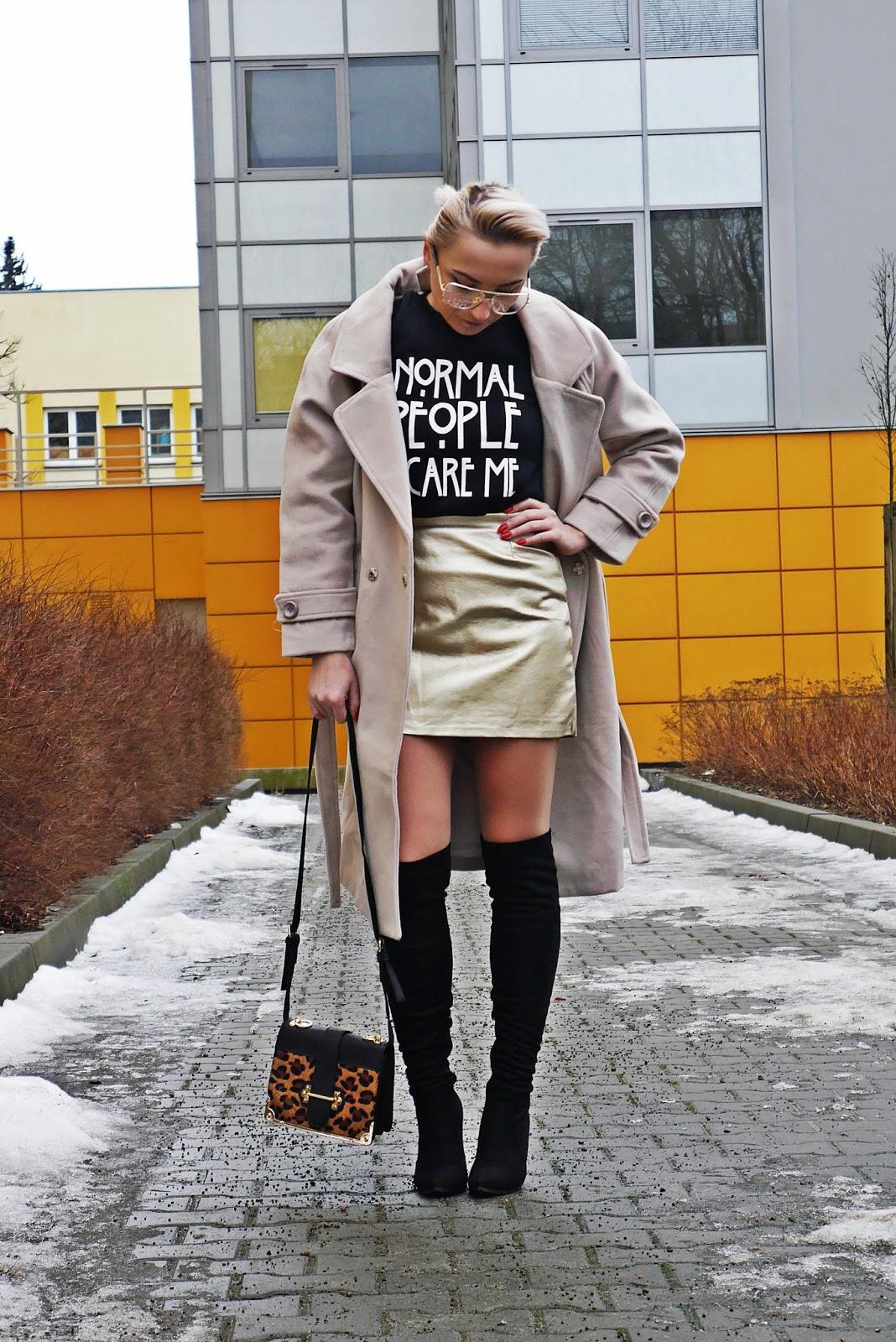 bluza_z_nadrukiem_bezowy_plaszcz_karyn_look_230117