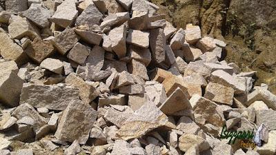 Pedra rústica para parede de pedra tipo rachão de granito sendo pedras em tamanhos variados e com as cores variadas.
