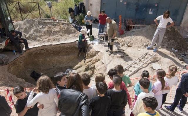 Σαλαμίνα: Ανακάλυψη μυκηναϊκού τάφου με εντυπωσιακά κτερίσματα στο κέντρο της πόλης!