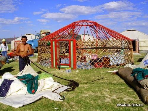"""Mongolia, nomadi mentre smontano la loro """"gher""""i"""