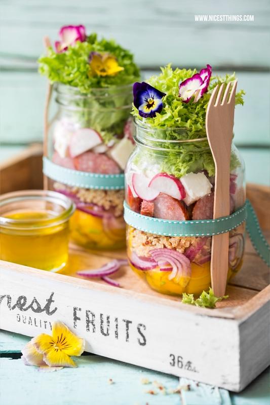 Salat im Glas Rezept Picknick mit Quinoa, Kabanos, essbaren Blüten