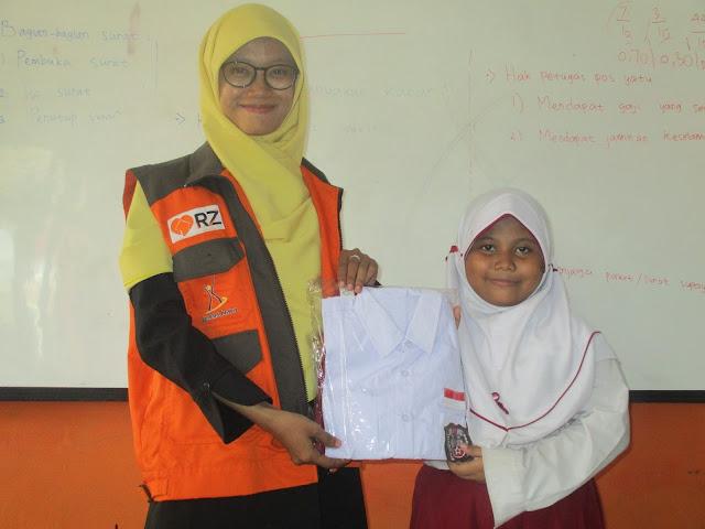 Guru Walikelas 3 Siti Herlina, Memberikan Seragam Sekolah Kepada Peserta Didiknya.