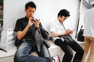 """Pionero de las nuevas tecnologías, Japón no se quedó atrás para adaptar educación a los tiempos modernos. El instituto privado Renaissance Academy lanzó un plan para impartir clases a distancia a través de un smartphone. En conjunto con la empresa Qualcomm, también publicará un proyecto de libros de texto digitales para teléfonos inteligentes, reseña Europapress. """"En el futuro, los smartphones y los libros de texto digitales se convertirán en algo habitual, ya que son unas herramientas perfectas y eficaces de aprendizaje"""", aseguró el presidente de Renaissance Academy Incorporated, Takayoshi Momoi. Según el instituto, el deseo de los estudiantes de acceder"""