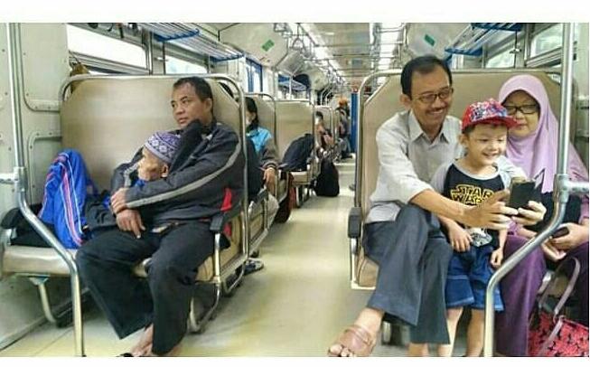 Viral Foto Anak Peluk Ayahnya yang Sudah Ushur D Bikin Haru