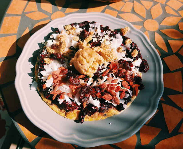 Omlet z bananem i owocami leśnymi