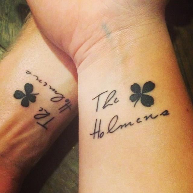 tatuaje de trebol en una mujer