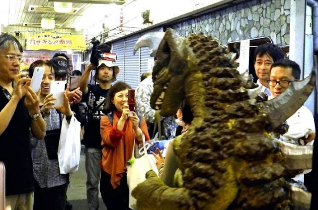 Godzilla Muncul di Pusat Perbelanjaan Jepang yang Hampir Mati dan Mengubahnya Jadi Ramai Lagi!