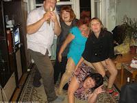 verrückte Familie posiert für lustiges Familienfoto