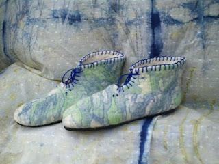 pantufa feltrada e bordada com fundo de tecido