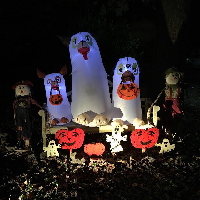 Halloween decor via foobella.blogspot.com