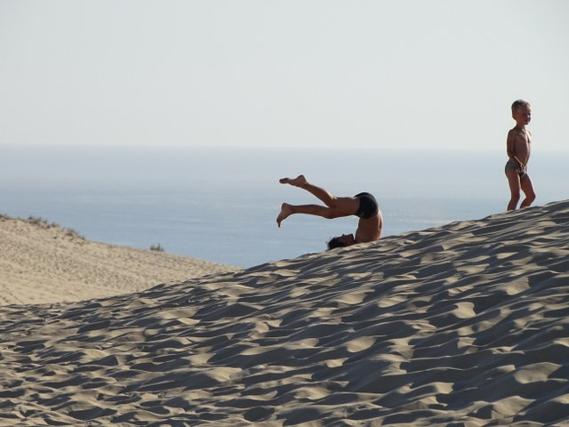 niños diversion duna pilat francia france revolcarse arena