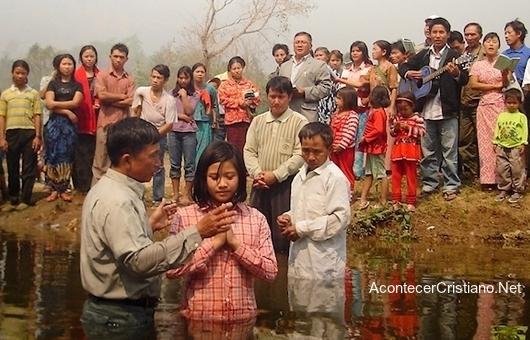 Tribus indígenas se bautizan en Birmania