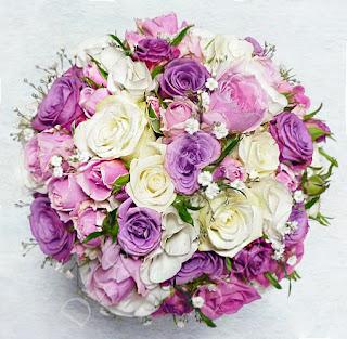 Esküvői rózsa menyasszonyi csokor lila, rózsaszín és fehér rózsából, rezgővel