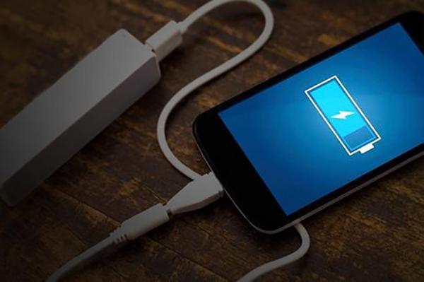 كيف تقوم بشحن هاتفك اينما كنت بدون كهرباء (طريقة فعالة 100%)