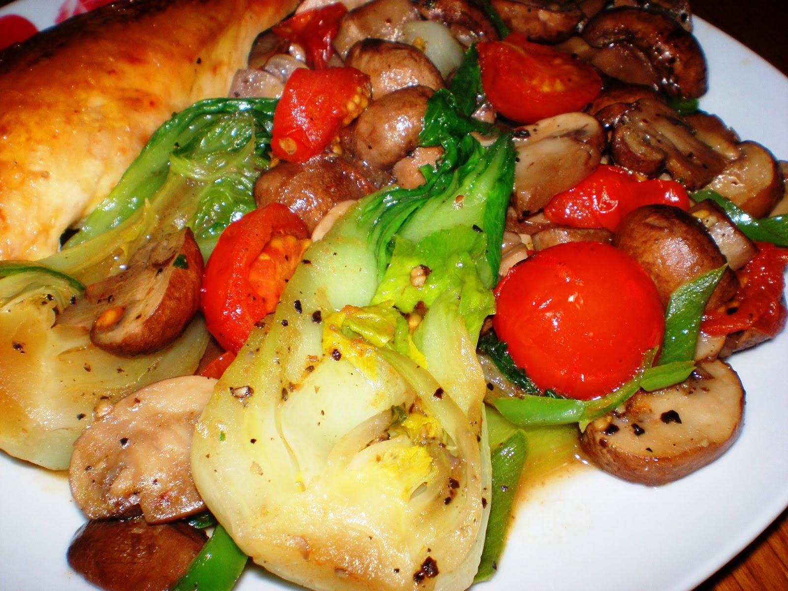Piept de pui, ciupercuțe cu Pak Choi, roșii cherry și ardei