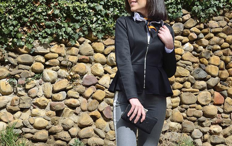blazer_negra_tablas-pantalón_raya_lateral_stilettos_rojos_trends_gallery
