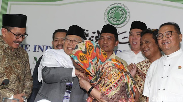 Tangannya Dicium oleh Sukmawati Soekarnoputri, Ini Kata Ma'ruf Amin soal Puisi Ibu Indonesia