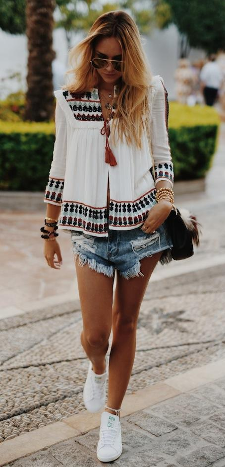 what to wear a pair of denim shorts : embroidered shirt + sneakers + bag