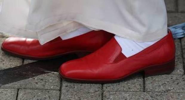 la stampa prona dinanzi al calzolaio personale di bergoglio opportune importune la stampa prona dinanzi al calzolaio