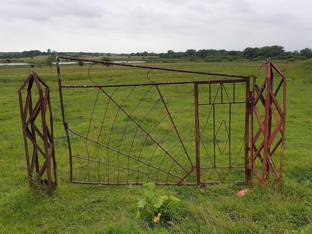 Ukraińskie pola przy granicy i... brama, bez płotu