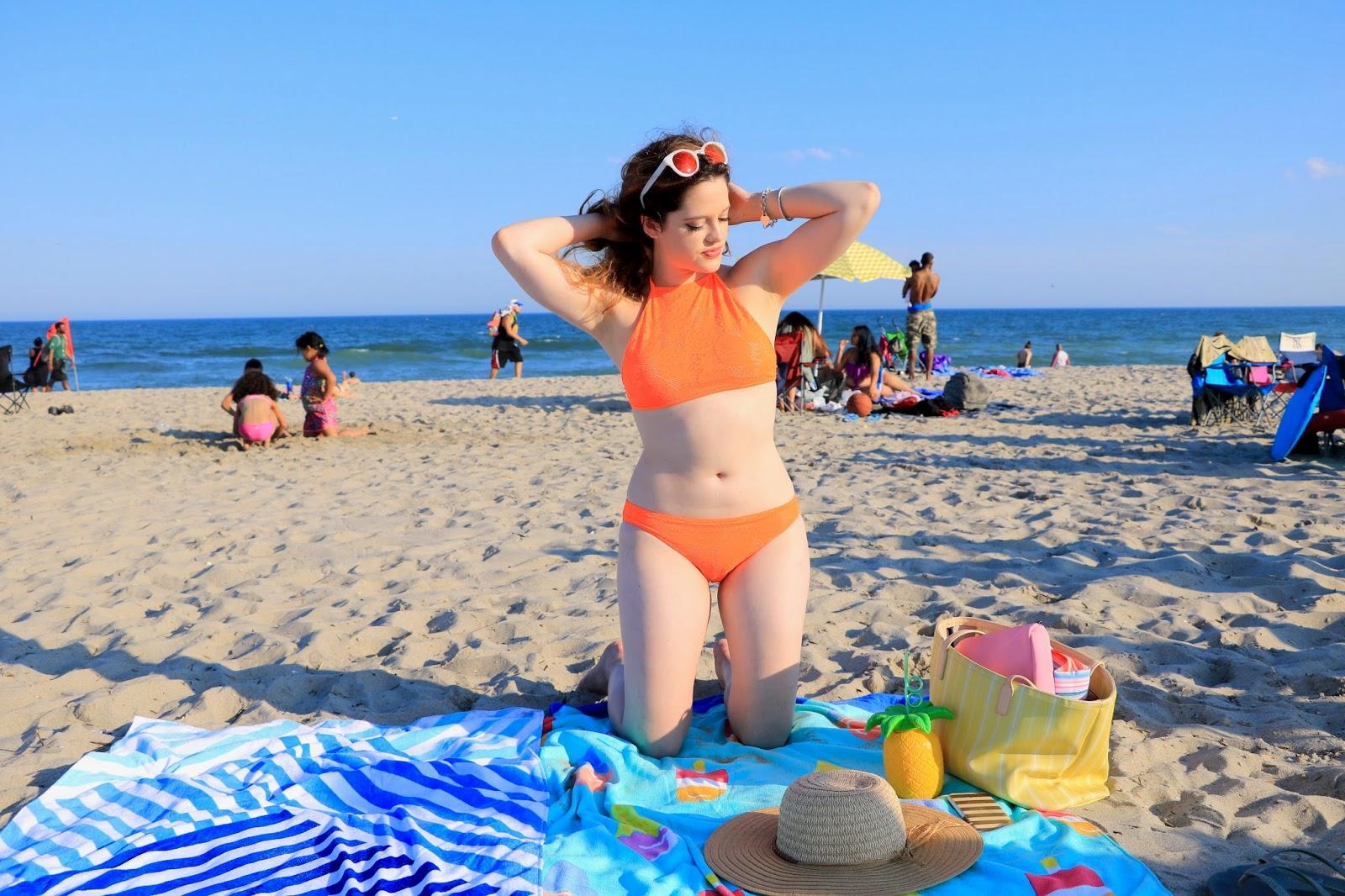 NYC Fashion blogger Kathleen Harper showing off summer beach style